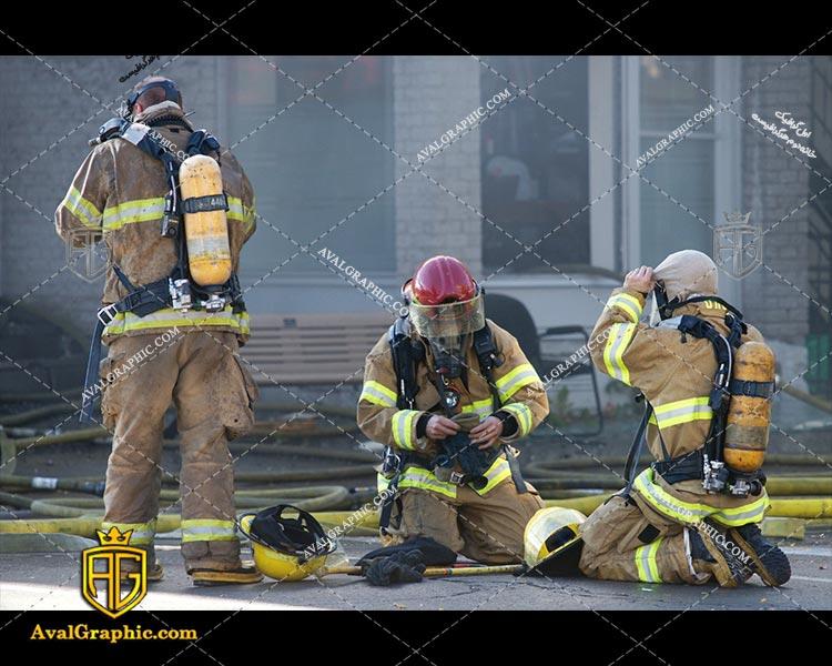 عکس با کیفیت آتش نشانان خسته مناسب برای طراحی و چاپ - عکس آتش نشان - تصویر آتش نشان - شاتر استوک آتش نشان - شاتراستوک آتش نشان