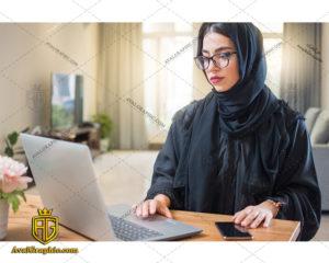 عکس با کیفیت دختر با حجاب و کامپیوتر مناسب برای طراحی و چاپ - عکس دختر با حجاب - تصویر دختر با حجاب - شاتر استوک دختر با حجاب
