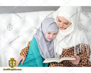 عکس با کیفیت مادر محجبه و قرآن مناسب برای طراحی و چاپ - عکس مادر محجبه - تصویر مادر محجبه - شاتر استوک مادر محجبه - شاتراستوک مادر محجبه