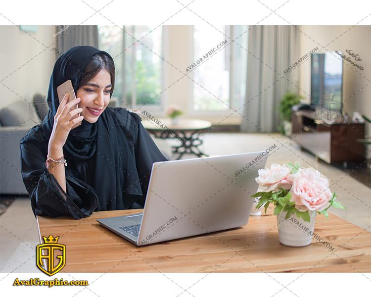 عکس با کیفیت دختر با حجاب و موبایل مناسب برای طراحی و چاپ - عکس دختر با حجاب - تصویر دختر با حجاب - شاتر استوک دختر با حجاب